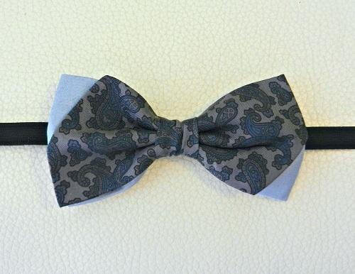 papillon-seta-tonalita-grigio-damascato-sfondo-azzurro